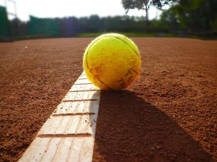 Una palla da tennis che simboleggia la scelta di non mollare mai. Diventiamo campioni nella vita